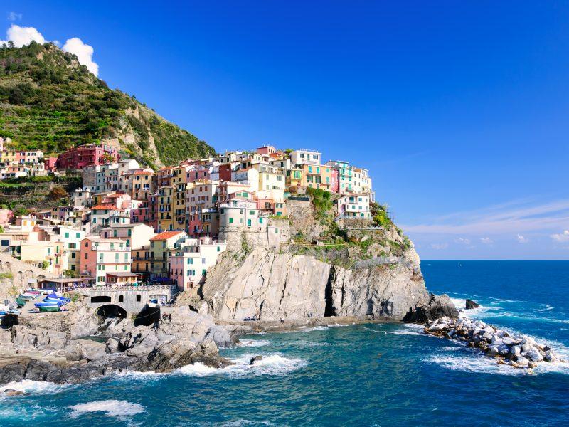 Bloemenrivièra stad op rotsen kust