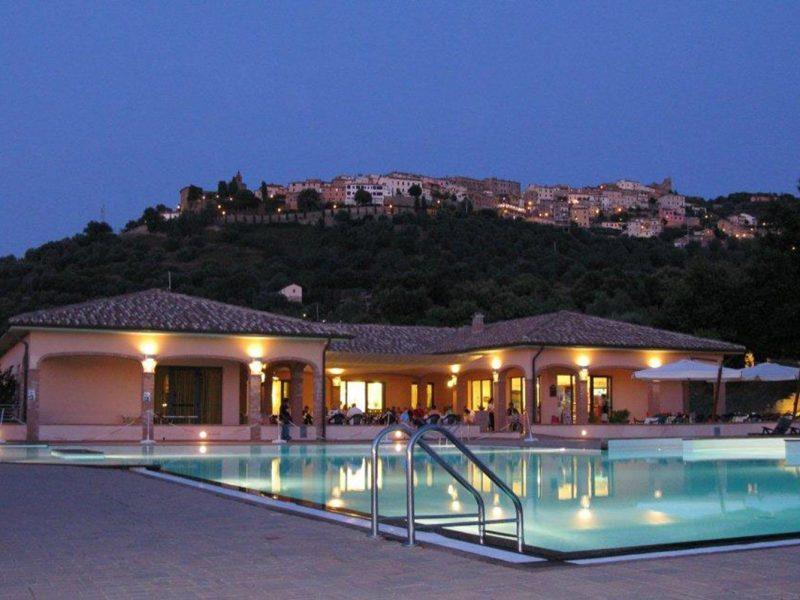 Villagio Oasimaremma zwembad avond restaurant