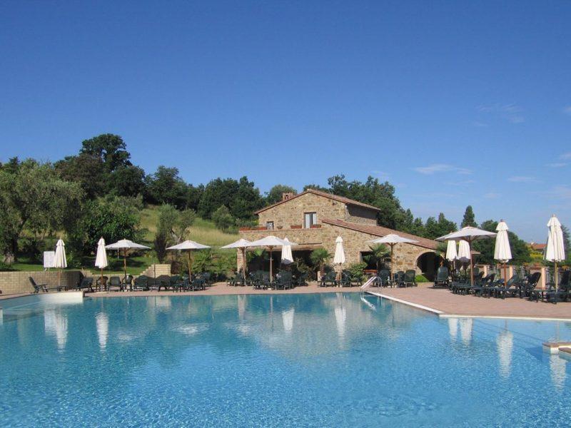 Villagio Oasimaremma zwembad ligstoelen