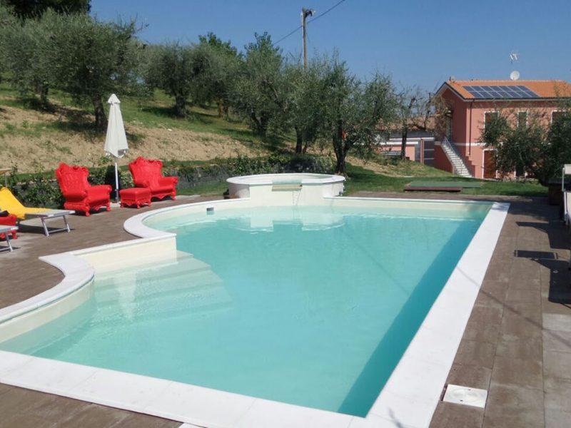 Casa Renili agriturismo zwembad jacuzzi ligstoelen