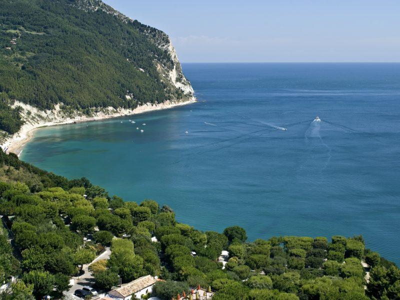 Marche kustlijn zee