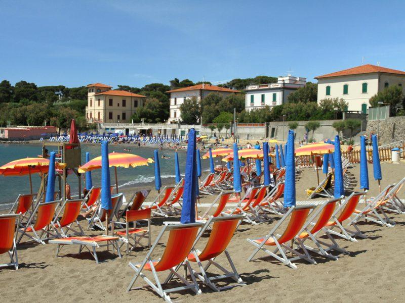 Toscaanse kust strand ligstoelen