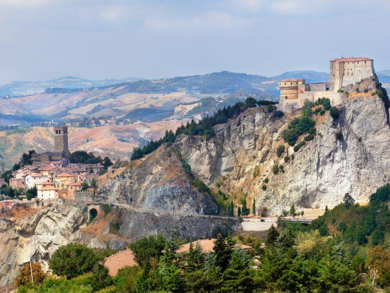 Marche kasteel op rotsen natuur landschap