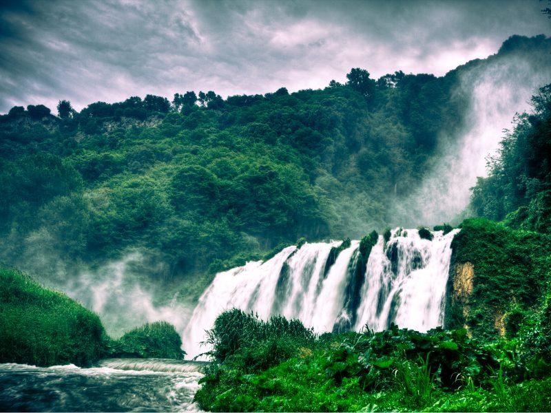 Umbrië landschap bos waterval