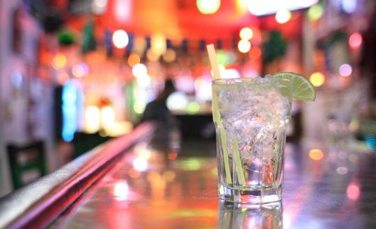 Cocktails drinken aan de Costa del Sol, Spanje