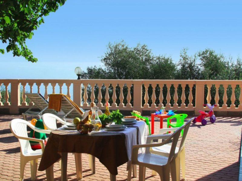 Residence Villa Chiara vakantiewoning terras eten spelen